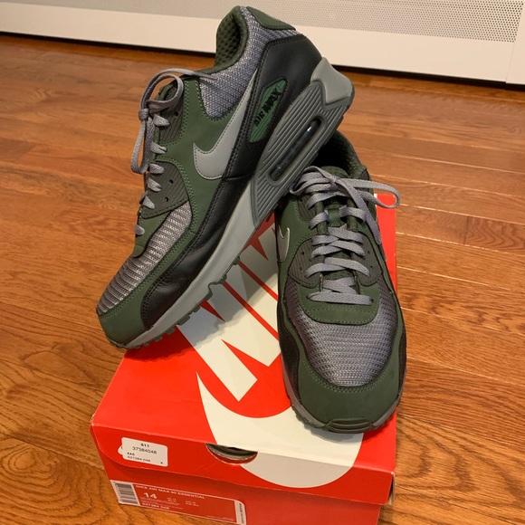 Nike Air Max 90 Essential in Carbon Green